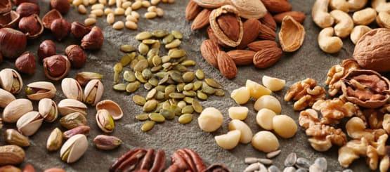 מבחר אגוזים ופיצוחים קלויים ומלוחים