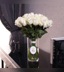 זר ורדים לבנים באגרטל