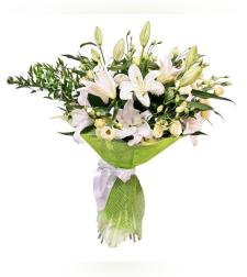זר פרחים עם שושן צחור ליזיאנטוס לבן ואקליפטוס #5