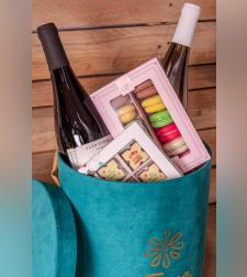 מארז שוקולד צרפתי עם יין ומקרונים