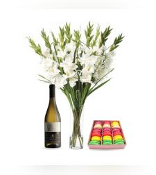 זר פרחים לבביות + מקרונים + יין (Edith)