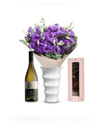 זר פרחים קסם של רעננות + יין + מדליונים שוקולד (Sheyla)