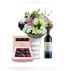 זר פרחים אנסטסיה + שוקולד Perly + יין