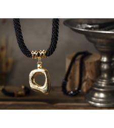 שרשרת דנה | תכשיט תליון ריבוע אסימטרי | תכשיט שחור & זהב