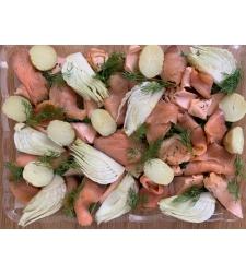 מגש סלמון מעושן ופיסות סלמון עם ירקות ושמיר