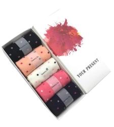 קופסת מתנה עם חמישה זוגות גרבי כותנה מפנקות בדוגמת נקודות 2