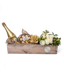 מארז פרחים, שוקולד ויין בקופסה עץ