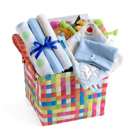 4# - מתנת לידה - שמחה גדולה לבן : שמיכי קטיפתי, שלישיית חיתולי טטרה, כובע וקוביית התפתחות בסל צעצועים