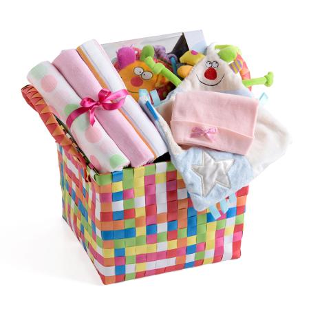 5# - שמחה גדולה לבת : שמיכי קטיפתי, שלישיית חיתולי טטרה, כובע וקוביית התפתחות בסל צעצועים