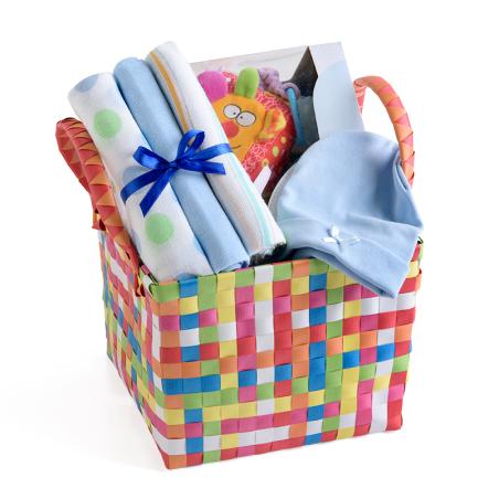 2# -מתנת לידה - כל אחד ישמח לבן : סל צבעוני קלוע המכיל קוביית סקרנות צבעונית אינטראקטיבית, שלישיית חיתולי טטרה וכובע לתינוק