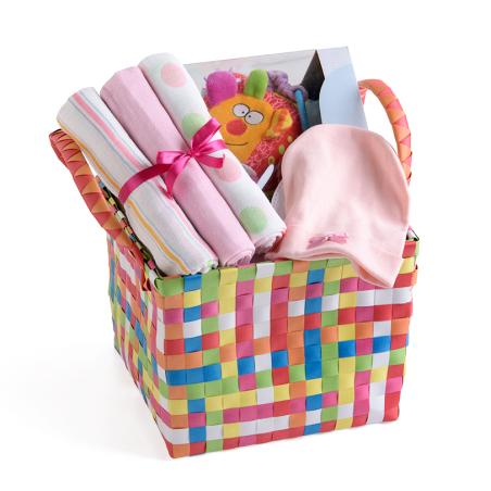 3# - מתנת לידה - כל אחד ישמח לבת : סל צבעוני קלוע המכיל קוביית סקרנות צבעונית אינטראקטיבית, שלישיית חיתולי טטרה וכובע לתינוק