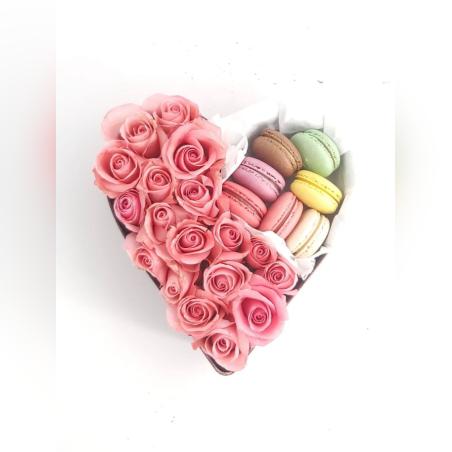 סידור ורדים בצורת לב עם מקרונים