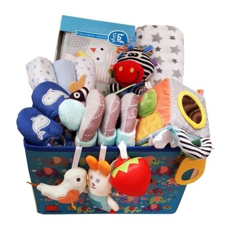 43# - מ-ה-מ-ם לבן : חבילת לידה מושלמת לתינוק החדש בקופסת בד: ספירלה לסל קל, קוביית סקרנות, ספר דו צדדי,  כירבולית טטרה, נעלי בית, שלישיית חיתולים ובובת מקל רכה