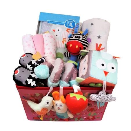 42# - מ-ה-מ-ם לבת : חבילת לידה מושלמת לתינוק החדש בקופסת בד: ספירלה לסל קל, קוביית סקרנות, ספר דו צדדי,  כירבולית טטרה, נעלי בית, שלישיית חיתולים ובובת מקל רכה