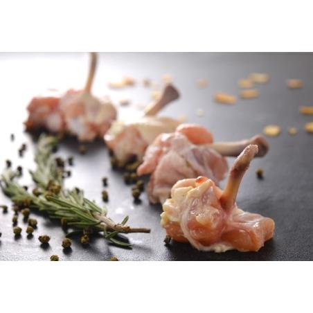 סוכריות כנפיים עוף מצופות בפירורי לחם ושומשום.