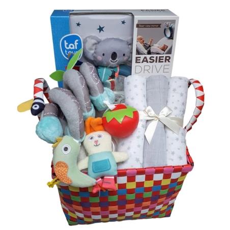 52# - שלי שלך לבת ולבן : מתנת לידה מחבקת בסל צבעוני המכילה ספירלת גן לסל קל ולעגלה, מראה בטיחותית לרכב עם דמות קואלה, קפוצ'ון מגבת ושלישיית חיתולי טטרה