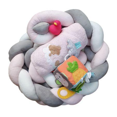 17# - גאון של אימא לבת : מארז לידה מקסים המכיל נחשוש צמה משגע, קוביית סקרנות, קפוצ'ון מגבת וברווזון לאמבט