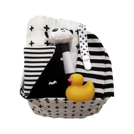 23# - דואט וברווז בסלסילת בד ופנדה / לבת ולבן : ערכה מפנקת בסל בד בשחור-לבן סינר בנדנה, כירבולית, כובע, מחזיק מוצץ, ברווז לאמבט ומקל צפצפה