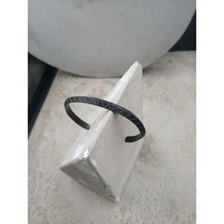 צמיד רייבון גיאומטרי - שחור