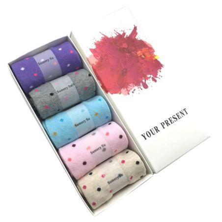 קופסת מתנה עם חמישה זוגות גרבי כותנה מפנקות בדוגמת נקודות 1