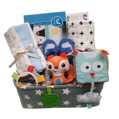 43# - מ-ה-מ-ם לבן : חבילת לידה מושלמת לתינוק החדש בקופסת בד: ספירלה לסל קל, קוביית סקרנות, ספר בד דו-צדדי,  כירבולית טטרה, נעלי בית, שלישיית חיתולים צבעוניים
