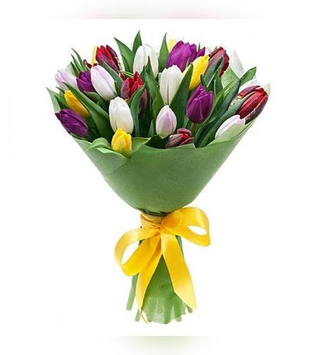 זר פרחים עם טוליפים צבעונים