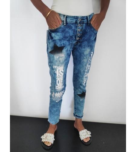 ג'ינס עם כיתוב וכוכב