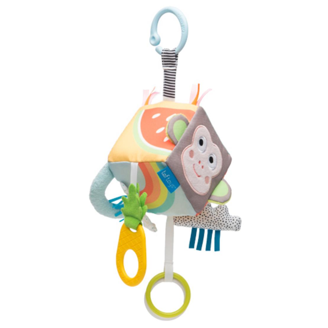 2# -כל אחד ישמח לבן : מתנת לידה ובה סל צבעוני קלוע המכיל קוביית סקרנות צבעונית אינטראקטיבית, שלישיית חיתולי טטרה וכובע לתינוק