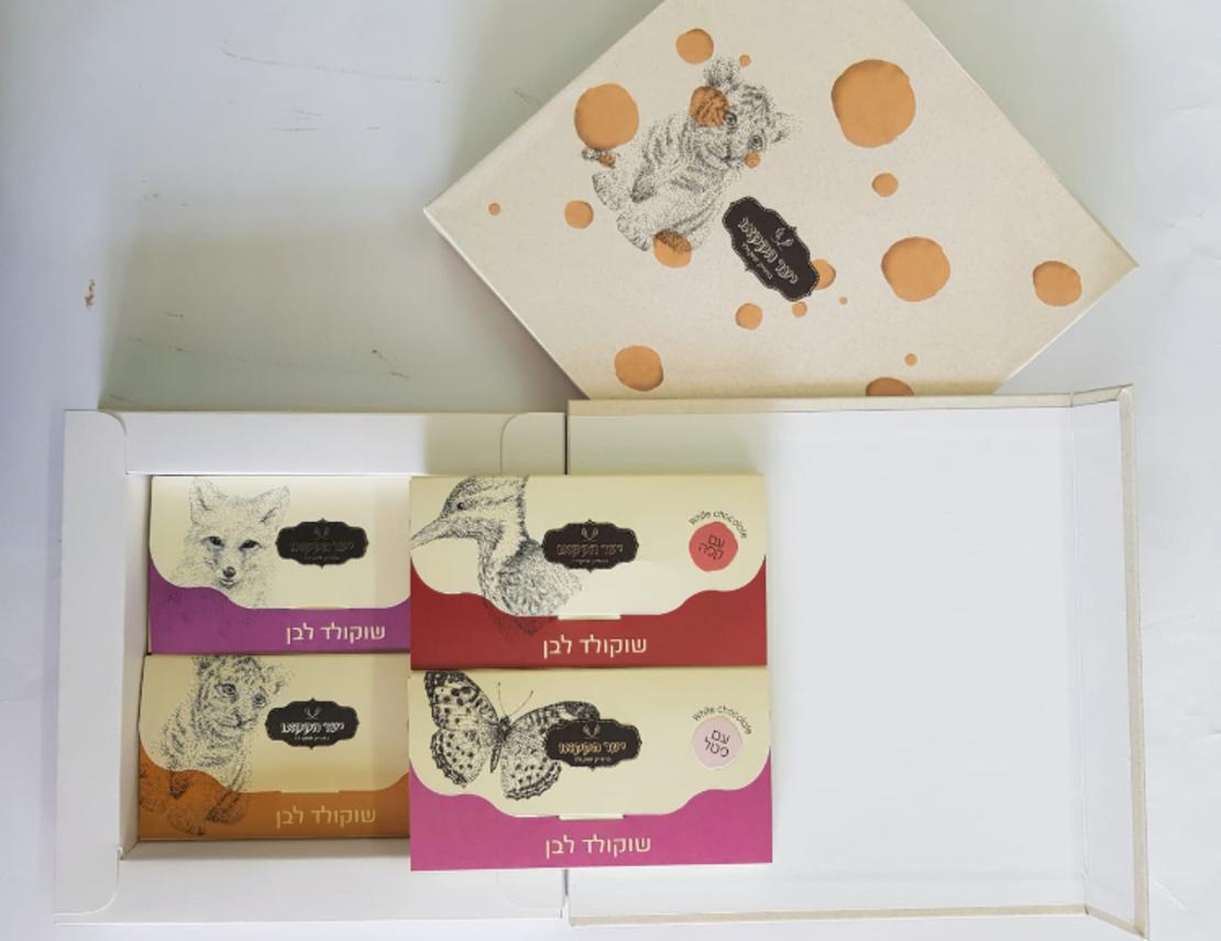 4 טבלאות ממותגות במארז מתנה