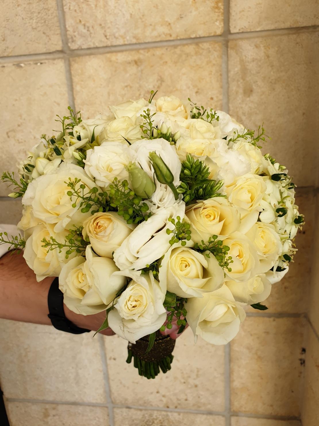 זר כלה לבן עם ורדים וליזיאנטוס