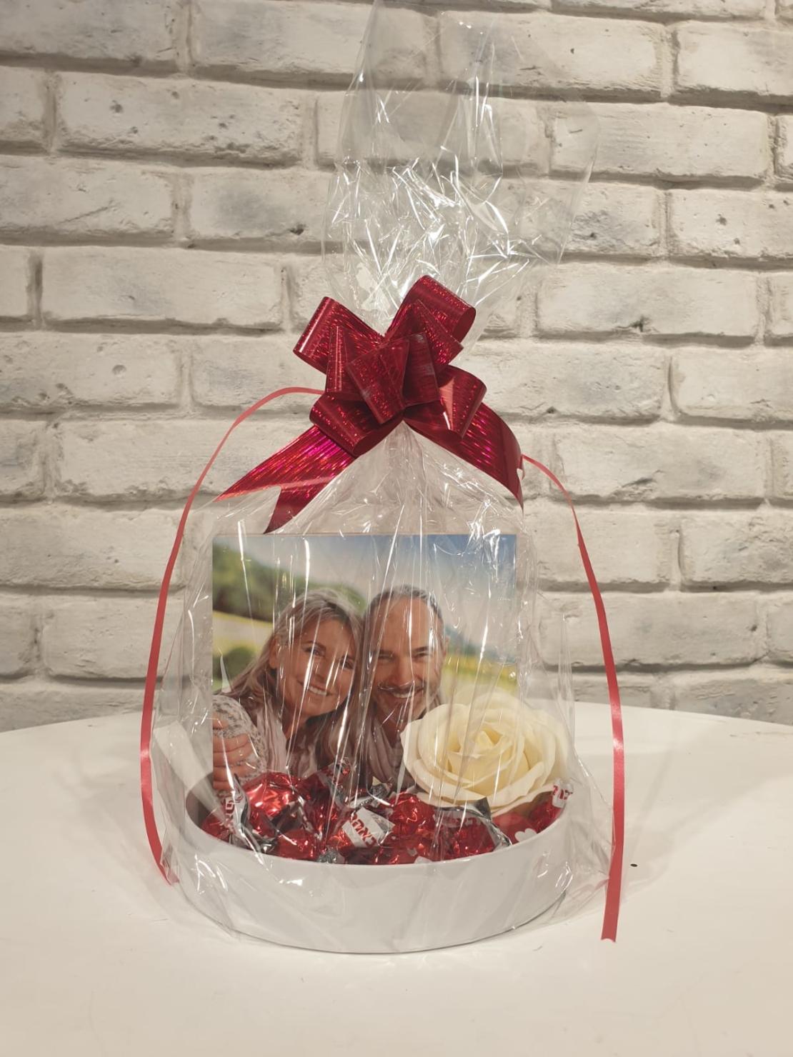מארז עיגול קטן תמונה ושוקולדים