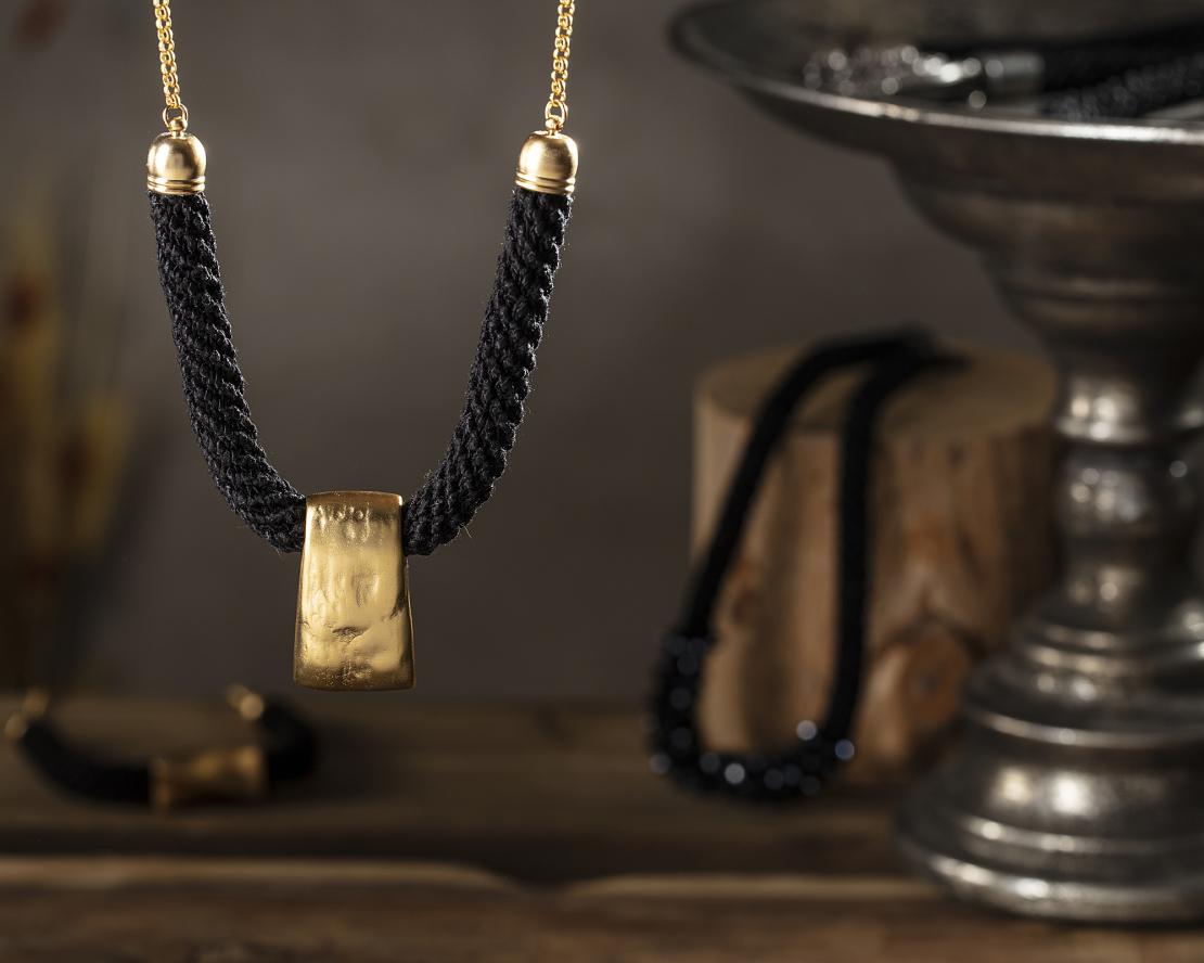 שרשרת שחור / זהב - שירה