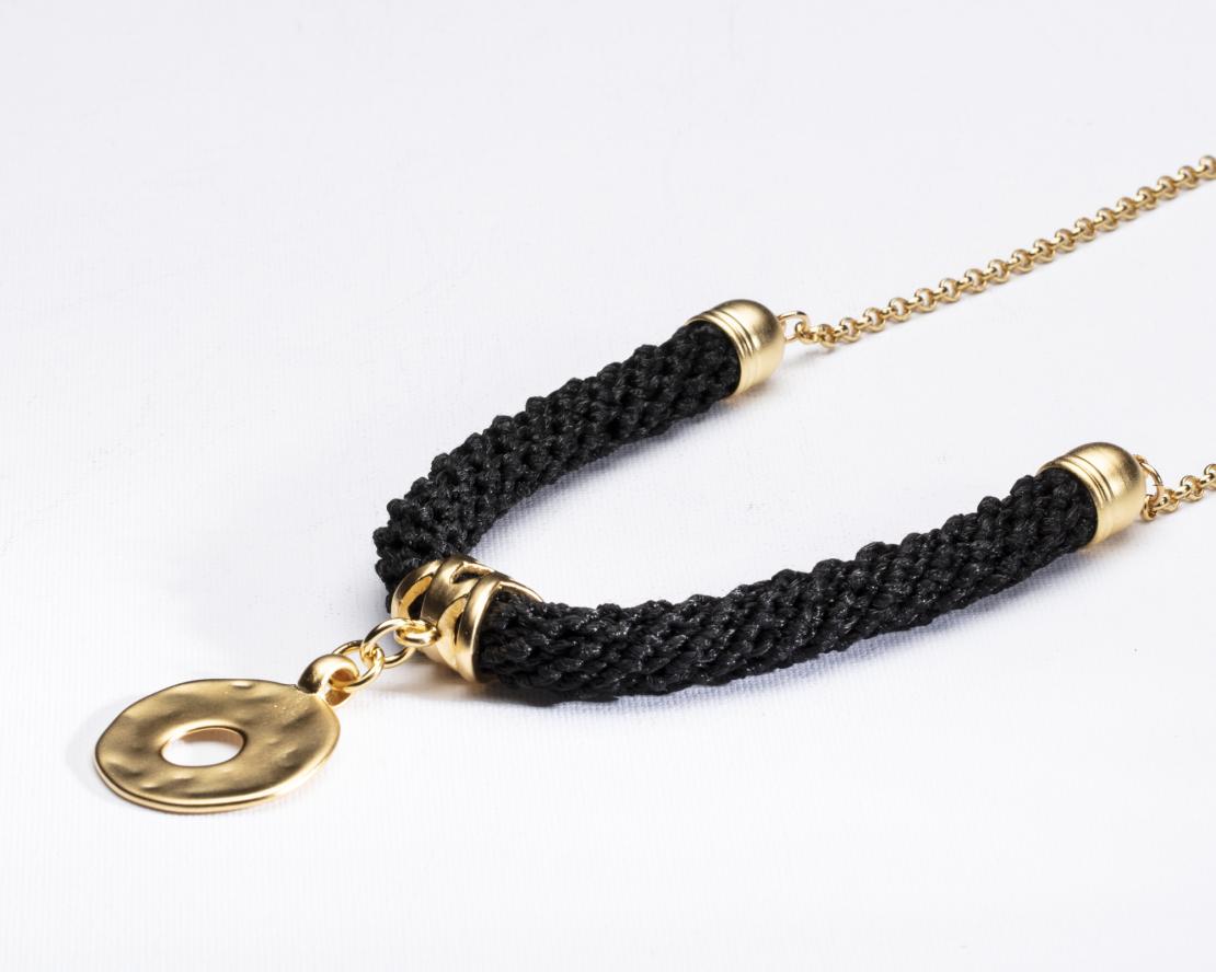 שרשרת שחור / זהב / תליון עיגול - שירה