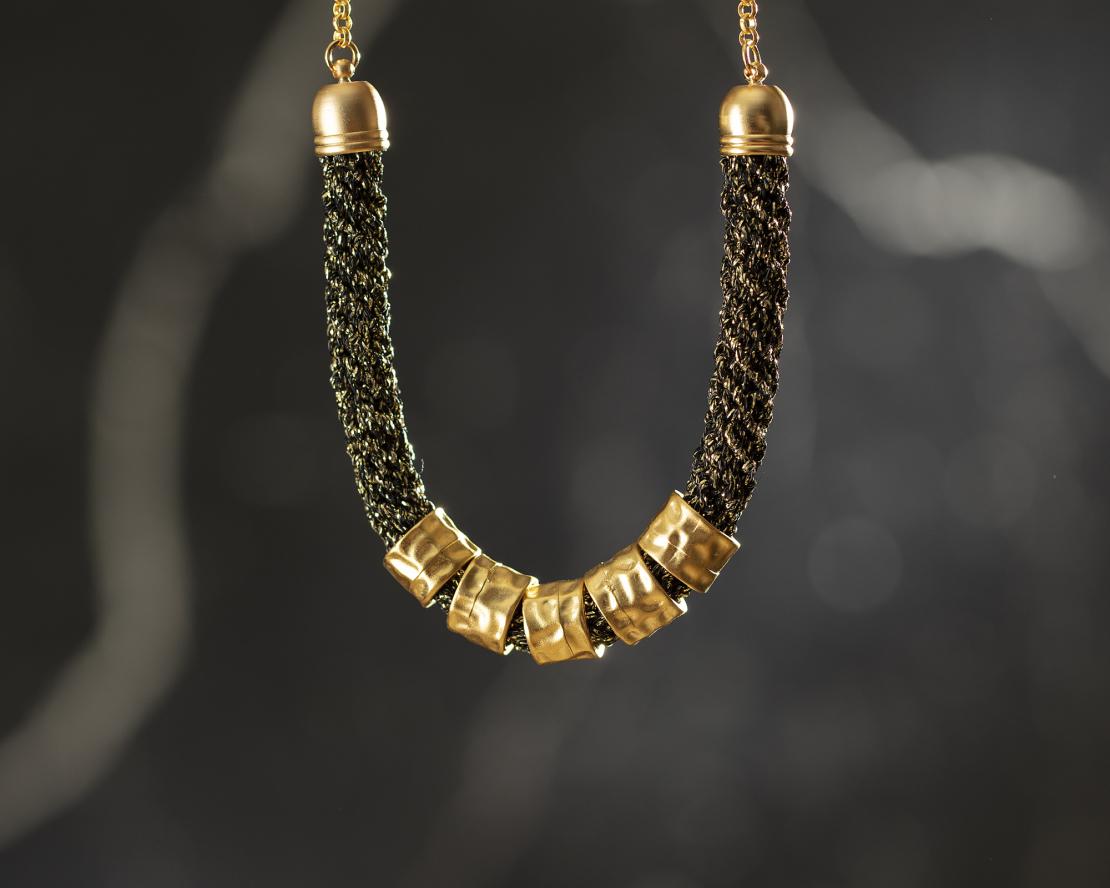 שרשרת שחור / זהב - חמוטל