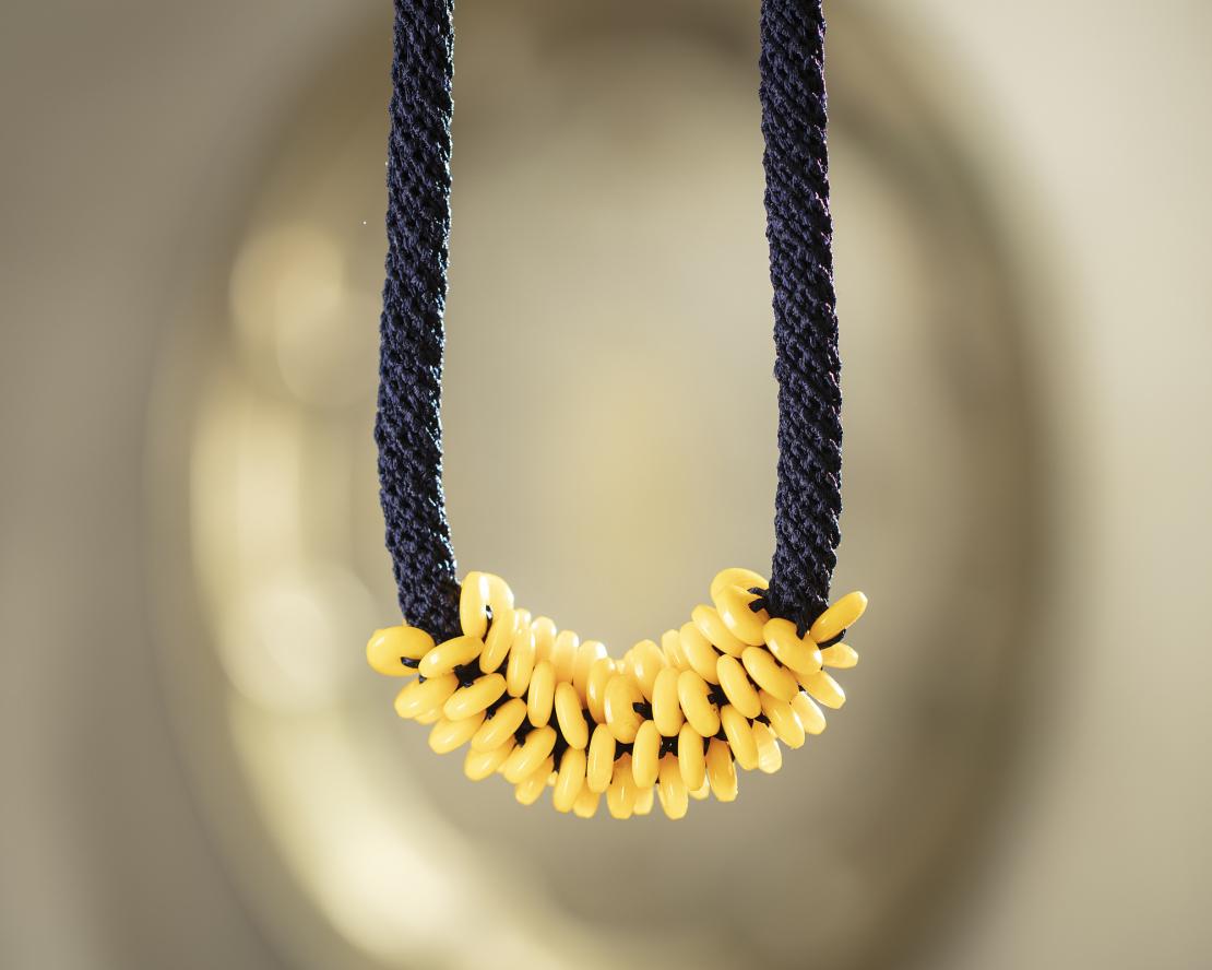 שרשרת  אופירה | תכשיט חרוזים שזורים | כחול & צהוב