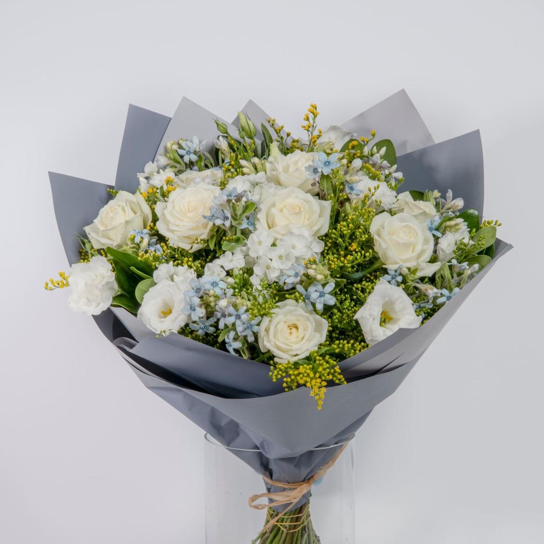 זר פרחים חלבי