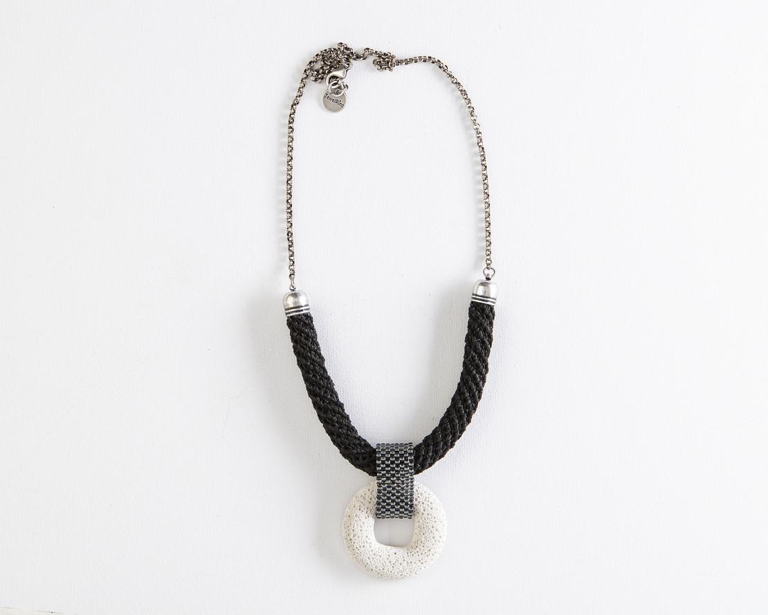 שרשרת שלווה | תכשיט תליון לבה | תכשיט שחור& לבן