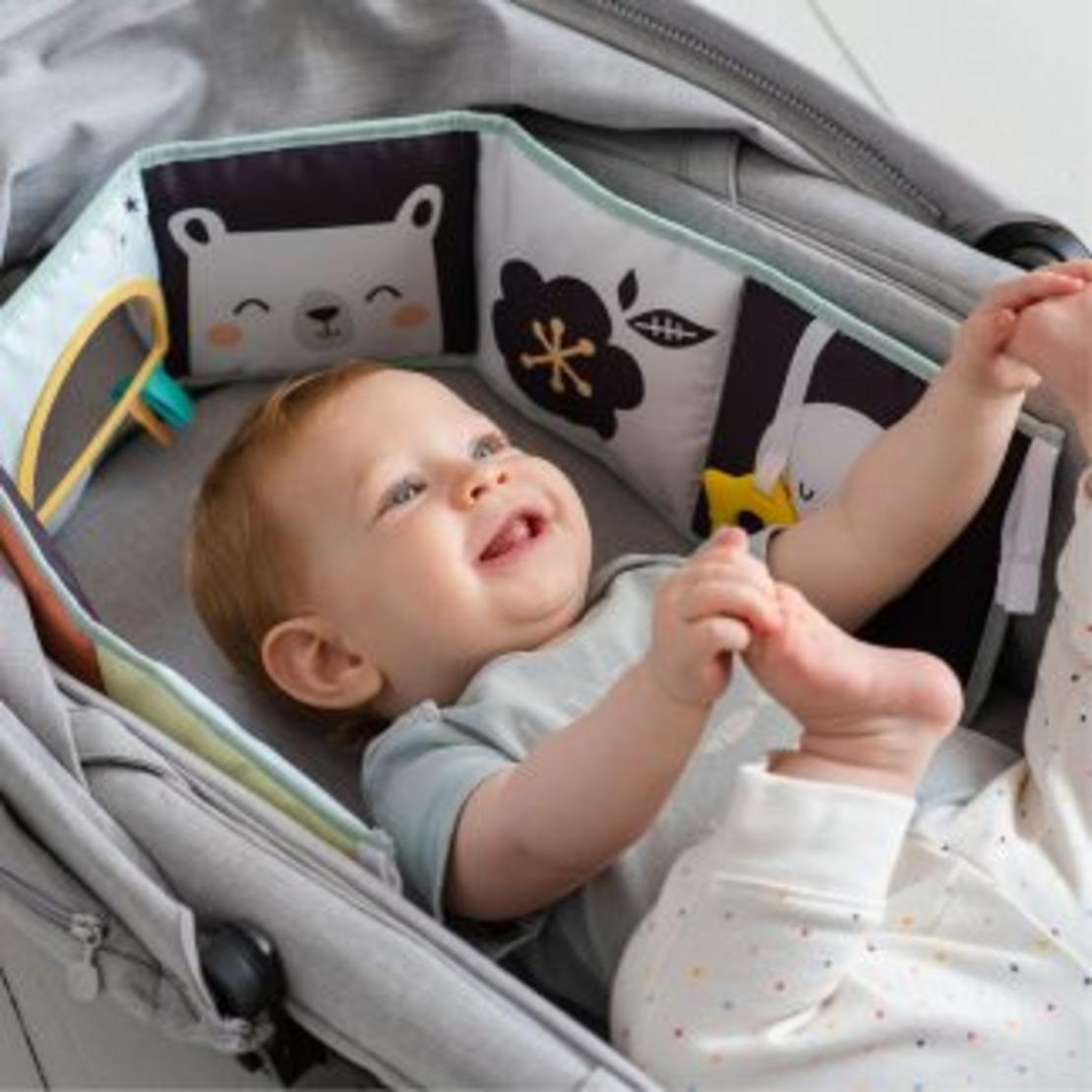 18# - אהבת אם לבן : ספר בד, חיתולי טטרה, שמיכה, בובה נתלית אינטראקטיבית, ברווזון ורעשן טבעת בקופסת צעצועים