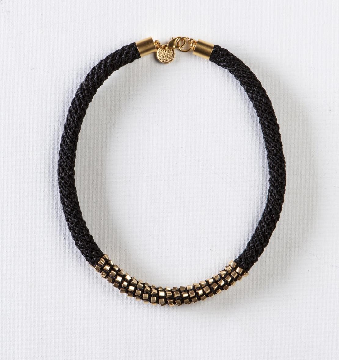 שרשרת אלישבע   תכשיט חרוזים שזורים   תכשיט שחור & זהב