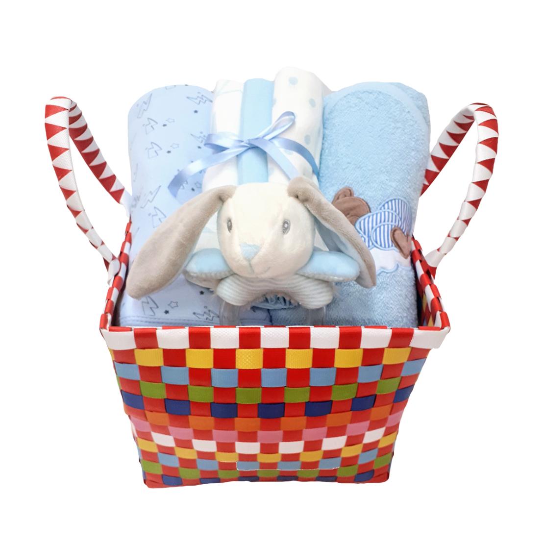 10# - מתנה לתינוק המאושר : שמיכה, קפוצ'ון מגבת, שלישיית חיתולי טטרה ורעשן טבעת בסל צבעוני קלוע
