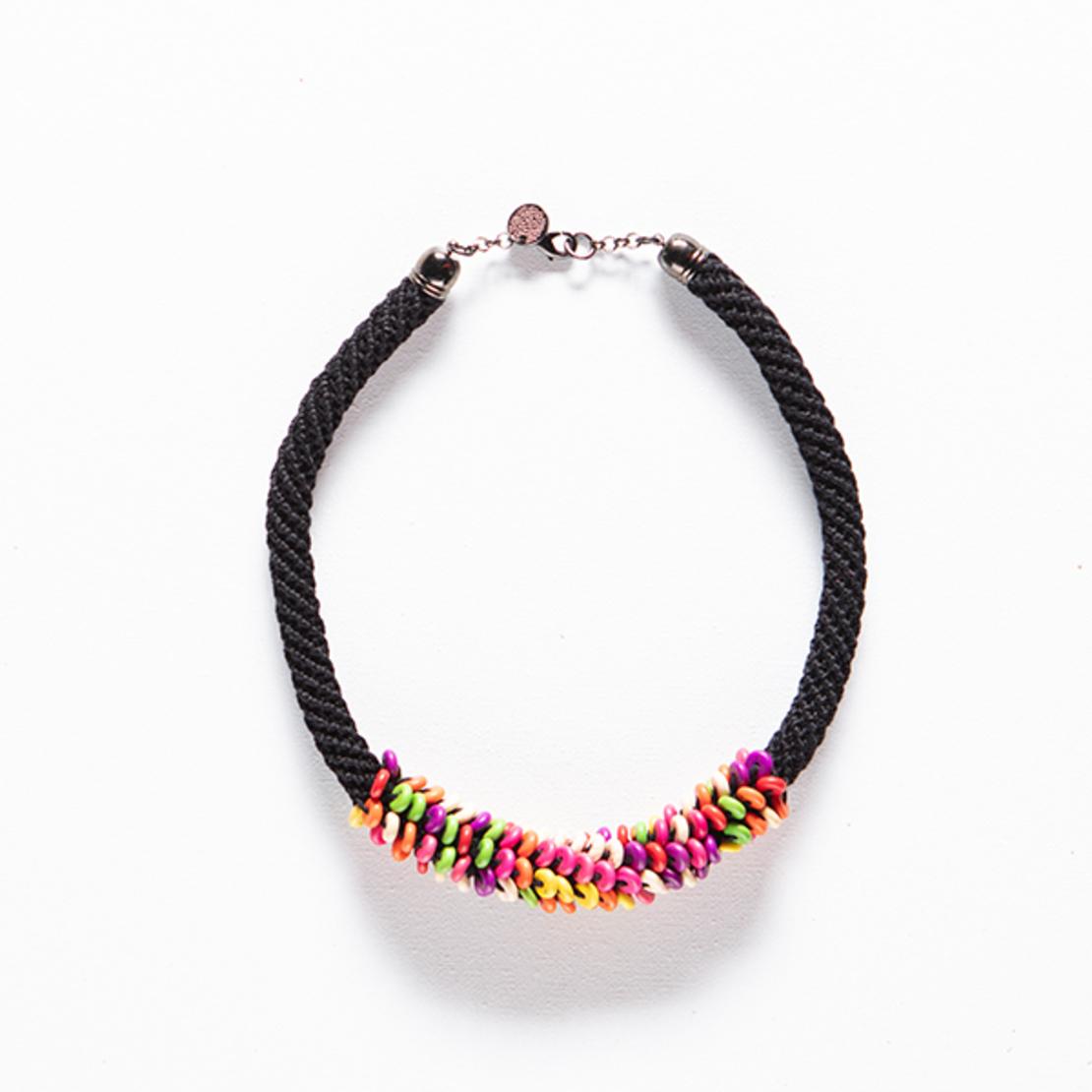 שרשרת אופירה | תכשיט חרוזים צבעוניים | תכשיט שחור & חרוזים צבעוניים