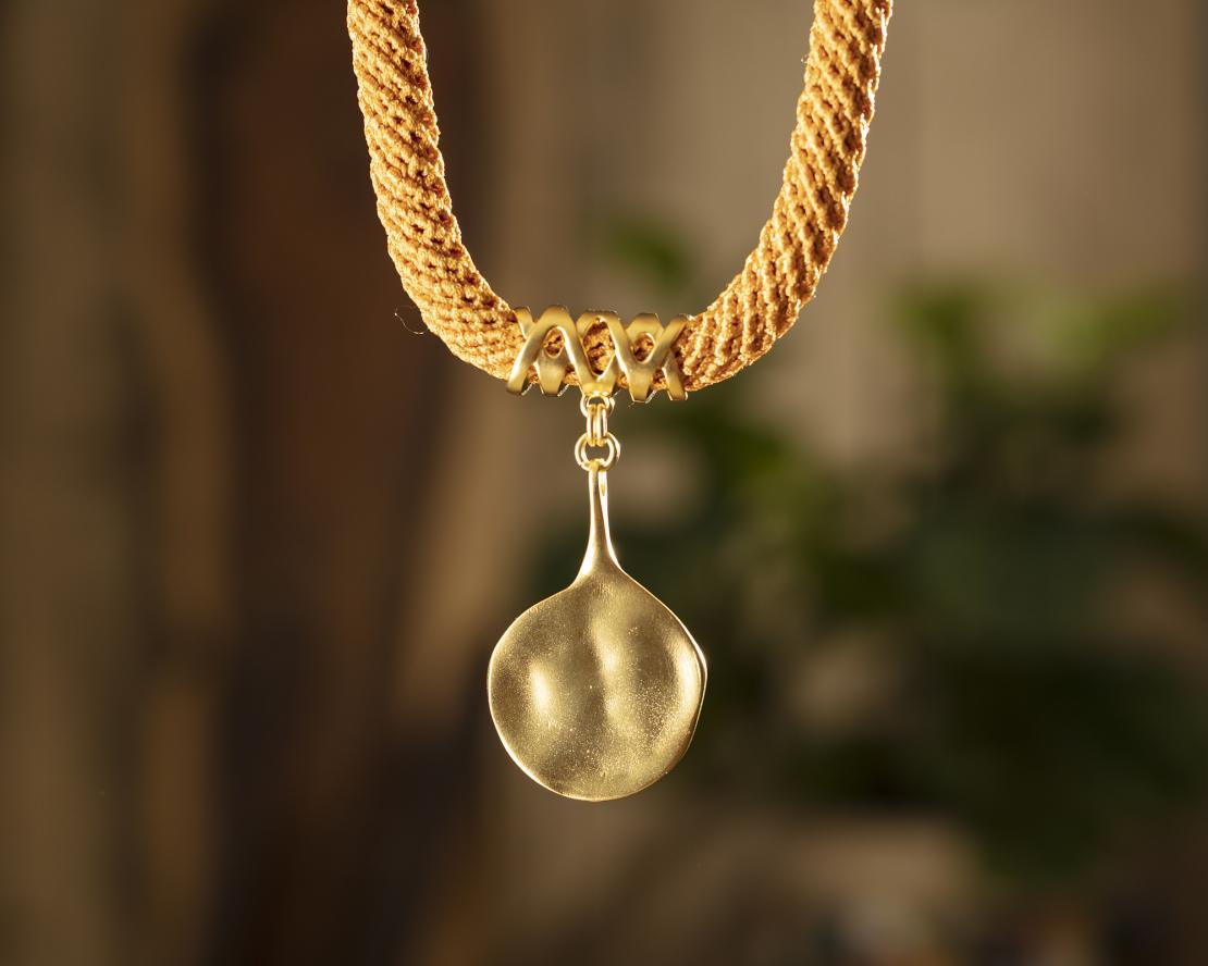 שרשרת אדוה | תכשיט תליון דמוי טיפה | תכשיט כתום & זהב