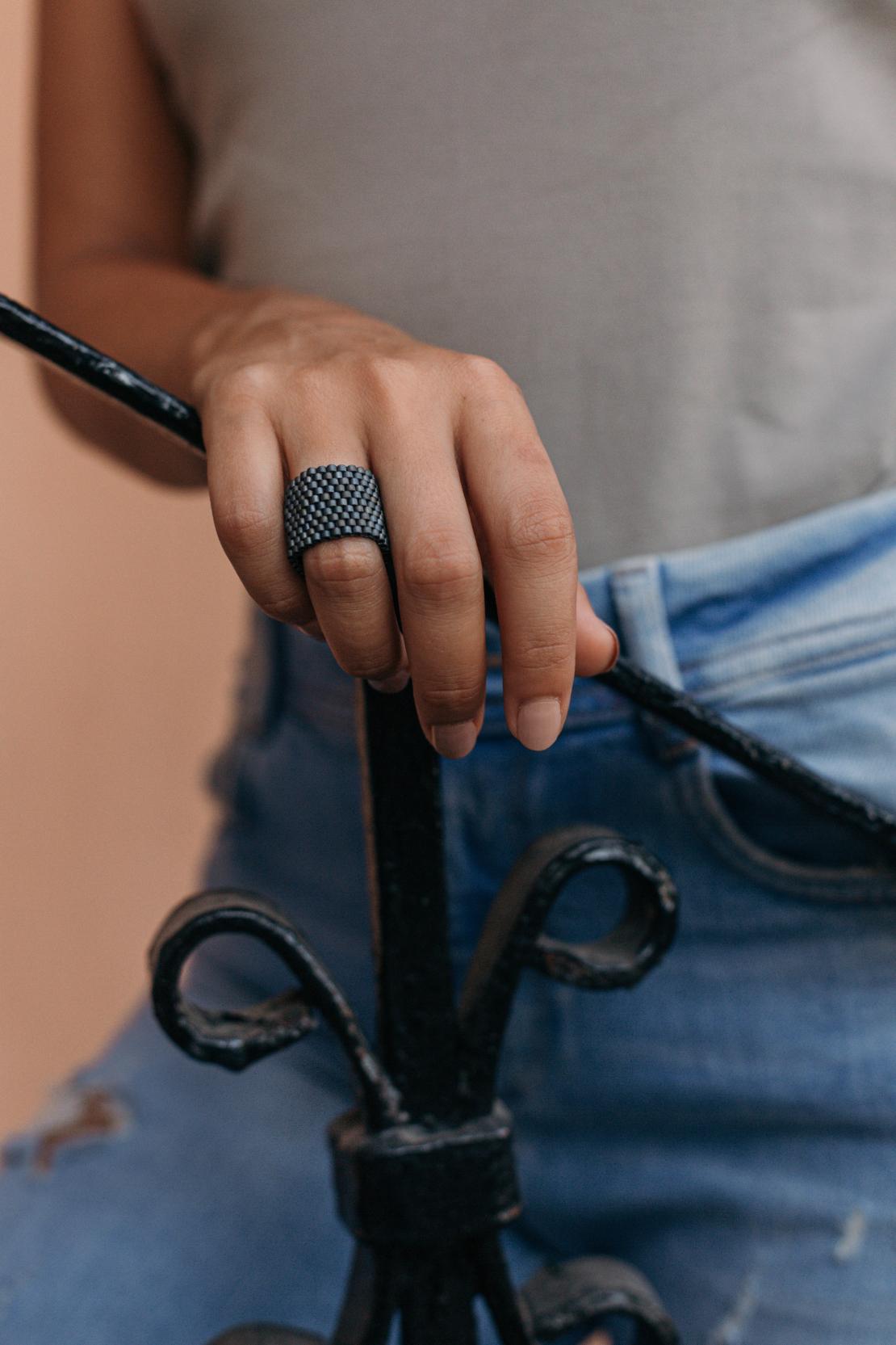 טבעת שחר | טבעת שזורה מחרוזים | טבעת אפורה