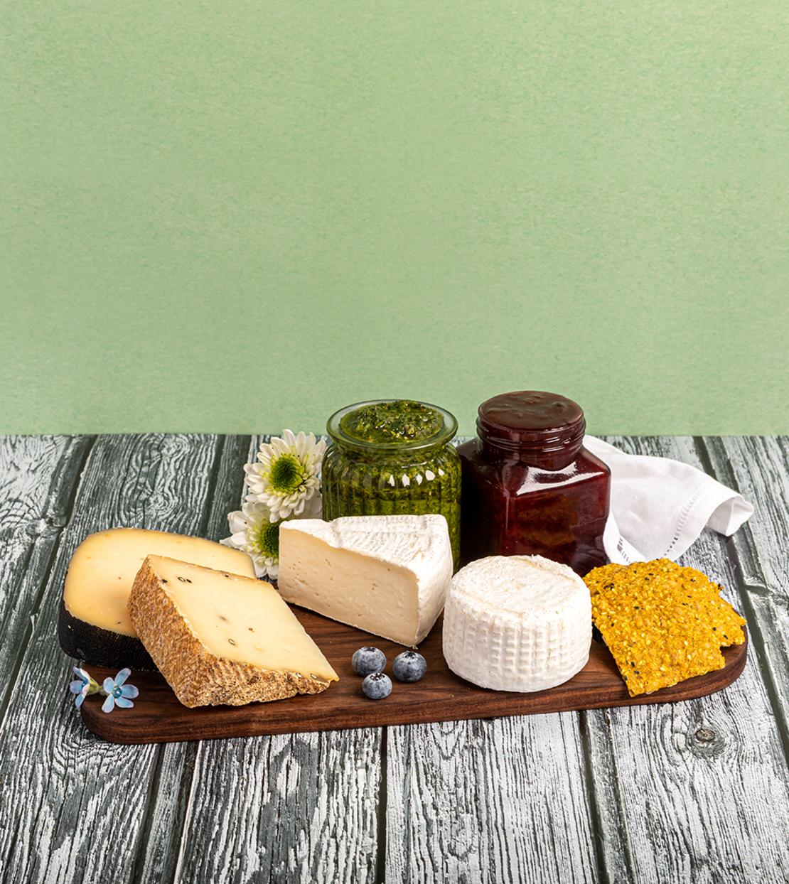 מארז יהודה - לחגיגת ראש השנה עם גבינות ומטבלים