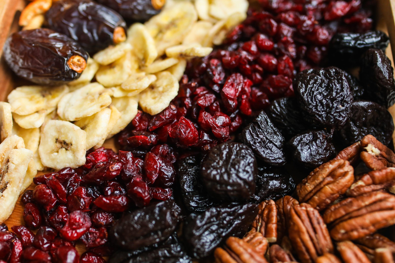 אוסף פירות יבשים טעימים